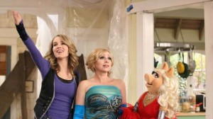 Bridgit Mendler, Leigh-Allyn Baker and Miss Piggy on Good Luck Charlie